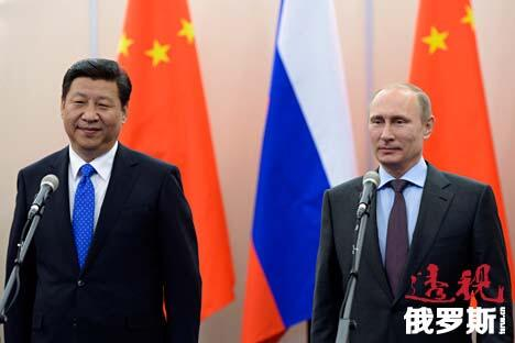 2014年2月6日,俄联邦总统普京与中国国家主席习近平在索契与俄中海军指挥官举行视频会议。图片来源:AP