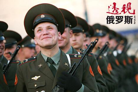 根据全俄社会舆论调查中心提供的数据显示,53%的俄罗斯人希望自己的直系亲属能够在军队中服役。 图片来源:PressPhoto