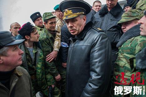 俄罗斯黑海舰队长官亚历山大·维特科(Alexander Vitko)离开位于克里米亚塞瓦斯托波尔的乌克兰海军总部。 图片来源: AP