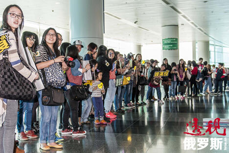 第38届香港电影节期间,影迷在电影艺术馆门口等候演员。 图片来源: Getty Images/Fotobank