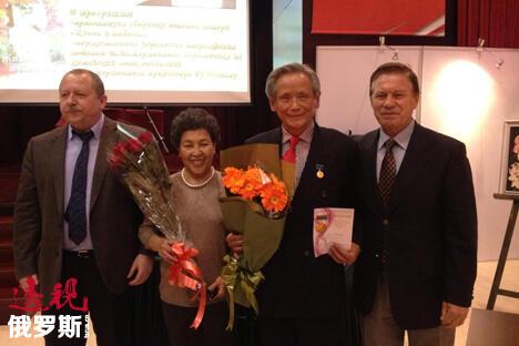 俄罗斯文化中心副主任阿列克谢·楚瓦耶夫(左)、北大俄语系教授顾蕴璞和夫人以及俄罗斯著名诗人、前外交官弗拉基米尔·马萨洛夫(右)。 图片来源:透视俄罗斯