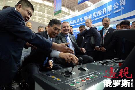 中国副总理汪洋(左二)与俄罗斯副总理罗戈津(中)在哈尔滨俄中博览会上。图片来源:俄新社