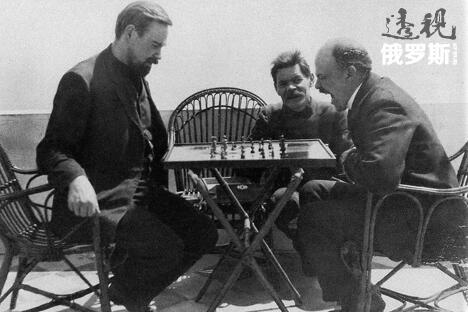 图中左至右:波格丹诺夫、高尔基和列宁。来源:Open Source