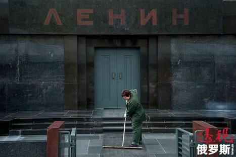 2013年7月11日,市政工人正在清理位于莫斯科红场上的苏联创始人弗拉基米尔·列宁之墓。来源:East News/AFP PHOTO