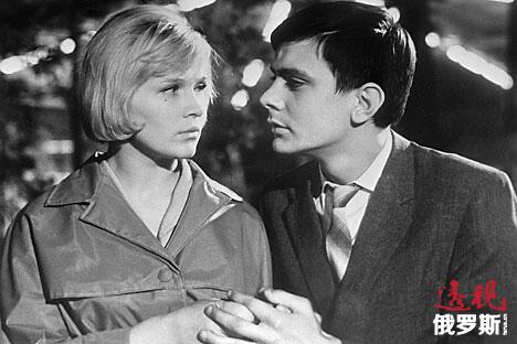 尼基塔·米哈尔科夫(右)与加琳娜·波利斯基赫在《我漫步在莫斯科》(1964)中扮演的男女主人公。图片来源:俄新社