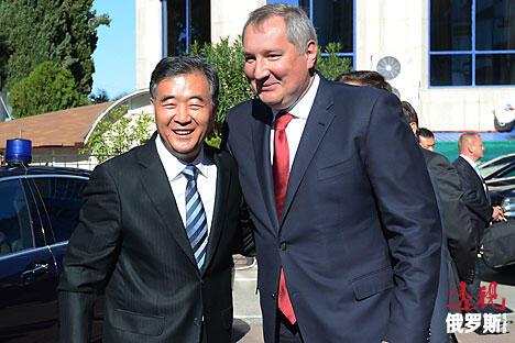 俄罗斯副总理德米特里·罗戈津(右)和中国国务院副总理汪洋共同出席俄中经济论坛。图片来源:俄新社/Sergey Mamontov
