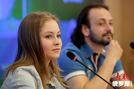 俄罗斯著名花样滑冰编导伊利亚·阿韦尔布赫(右)和花样滑冰女选手尤利娅·利普尼茨卡娅。图片来源:俄塔社
