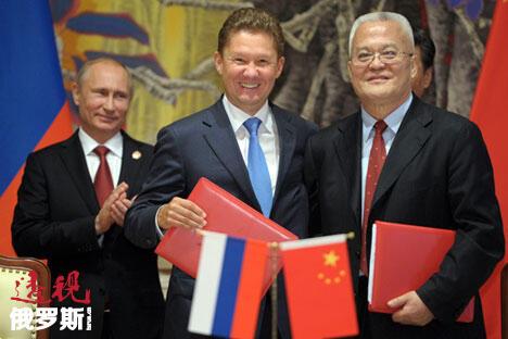 """在近日举行的APEC北京峰会框架下,俄罗斯天然气工业公司总裁阿列克谢·米勒与中国石油天然气集团公司董事长周吉平签署俄罗斯沿""""西线""""对华供应天然气框架协议。图片来源:路透社"""
