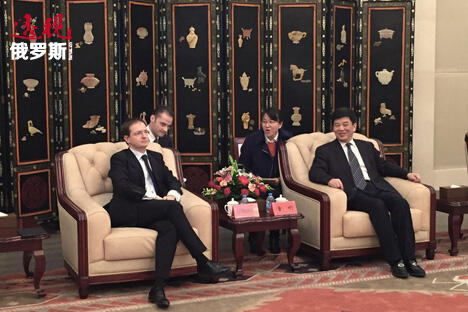 俄文化部长梅金斯基(左)出席第二届北京文化论坛。图片来源:俄罗斯报