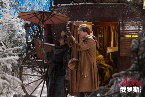 姚星彤和杰森·弗莱明在拍摄场。图片来源:Press photo