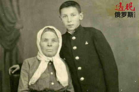 图片来源:个人照片。 斯捷潘·索斯宁跟祖母。
