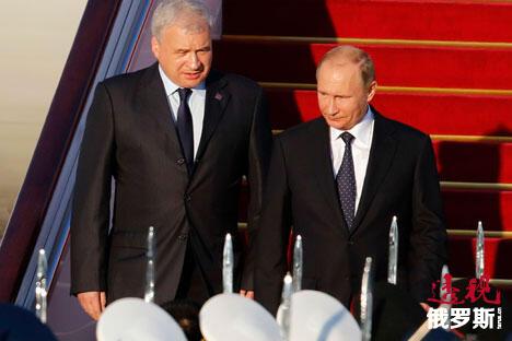 俄罗斯总统普京抵达北京。普京和俄罗斯驻中华人民共和国特命全权大使杰尼索夫。图片来源:AP