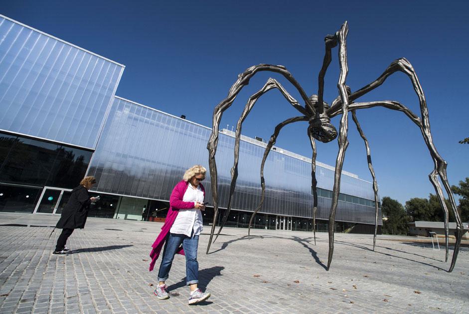 """美国雕塑家路易斯·布尔乔亚(Louise Bourgeois)作品展""""路易斯•布尔乔亚—生活的结构:细胞""""在 莫斯科""""车库""""当代艺术博物馆(Museum of Modern Art """"Garage"""")开幕。图片为展览开幕式上的名为""""马曼""""(Maman)的雕塑。 图片来源:Evgeny Biyatov / 俄新社"""
