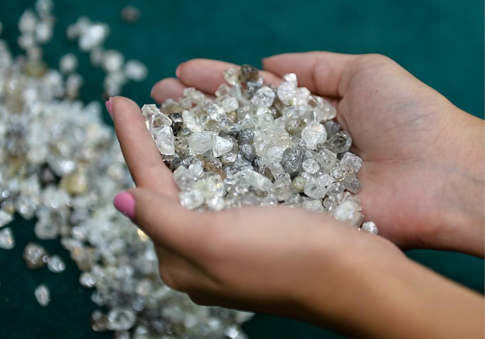 俄罗斯米尔尼。 在俄罗斯阿尔罗萨钻石矿业公司钻石分选中心的一间阅览室里,手充满钻石。涞源:塔斯社