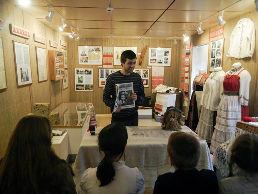 尼基塔成年后才开始学习伊乔里亚语,目前已经达到精通的程度。如今教孩子学习伊乔里亚语并在博物馆做导游。在民乐团中唱歌。摄影:Oleg Skripnik