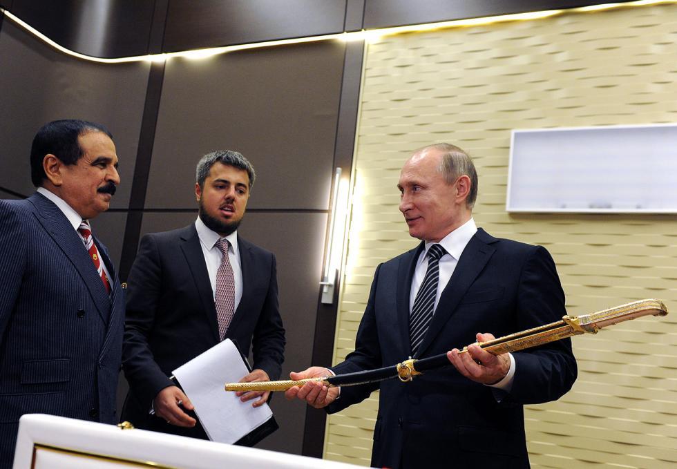 巴林国王哈马德·本·伊萨·阿勒哈利法于2016年2月前往莫斯科进行工作访问时,为普京带来用贵重金属和钢材制成的大马士革宝剑。图片来源:Mikhail Klimentyev / 塔斯社