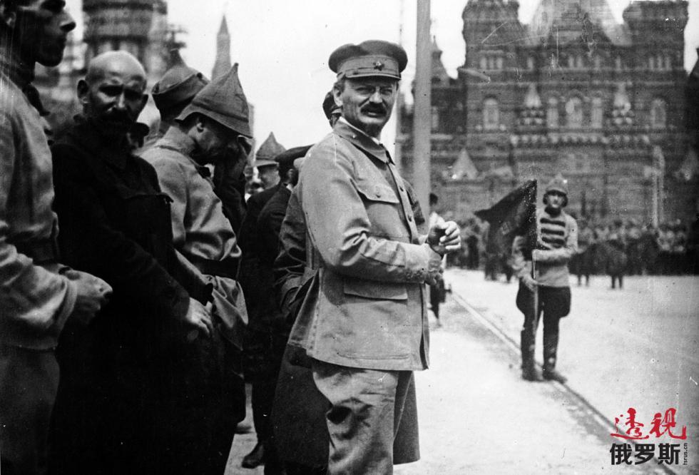 1918年。托洛茨基出席红场上的阅兵。图片来源:Getty Images