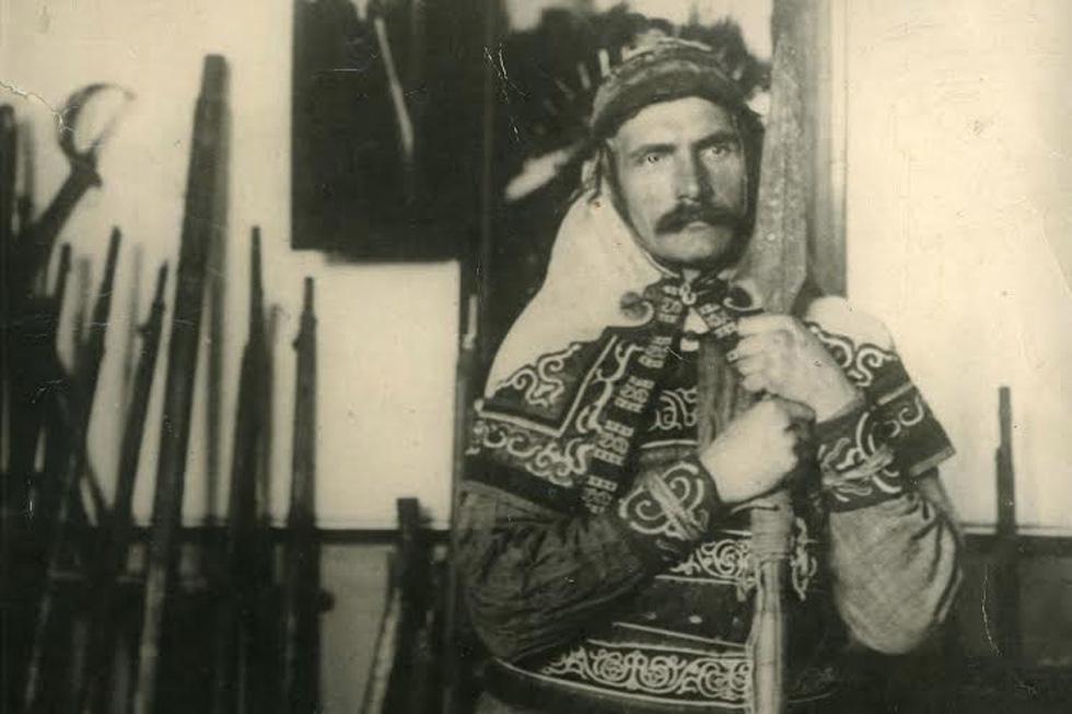 弗拉基米尔·阿尔谢尼耶夫穿着赫哲族传统衣服。图片来源:Rubezh出版机构