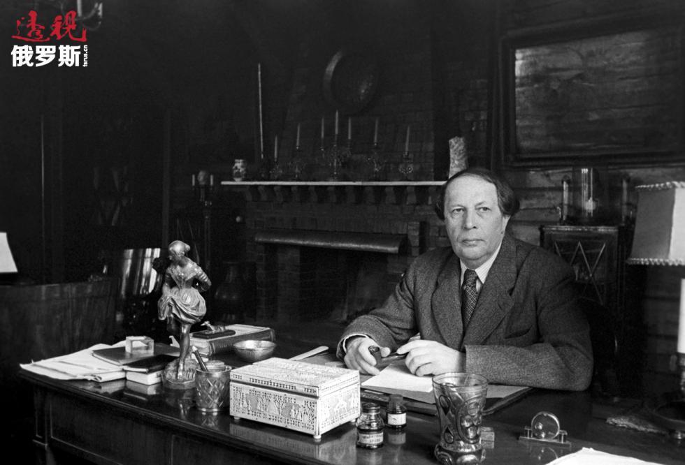 1941年。阿列克谢·托尔斯泰在自己的书房。图片来源:塔斯社