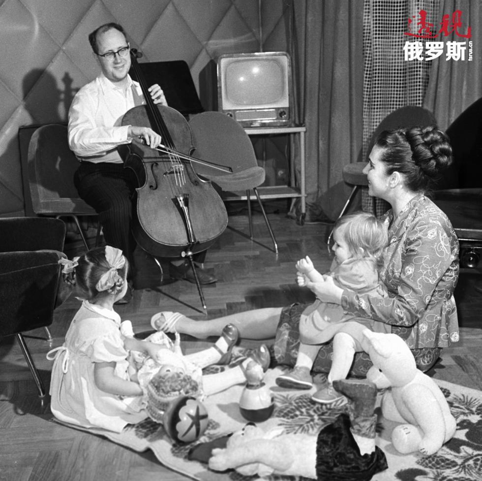 1959年。姆斯蒂斯拉夫·罗斯特罗波维奇、加林娜·维什涅夫斯卡娅与他们的孩子。图片来源:俄新社