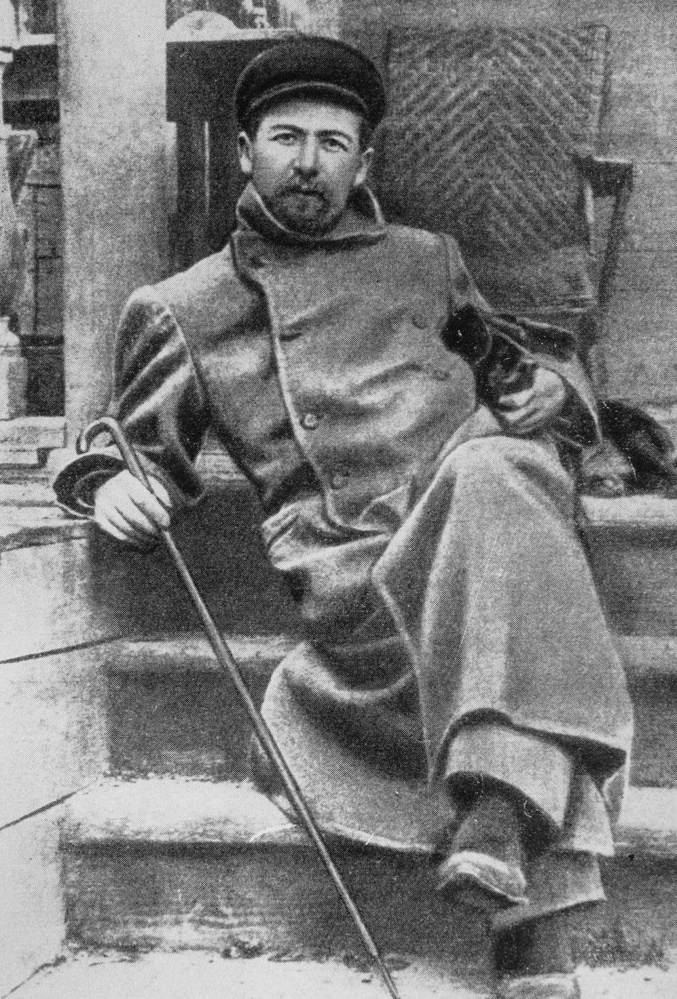 安东·契诃夫与达克斯猎犬希纳在梅利霍沃庄园。 图片来源:公开来源