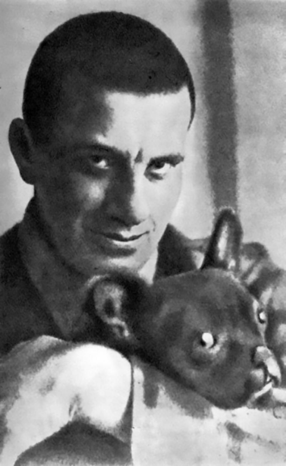弗拉基米尔·马雅可夫斯基与斗牛犬布尔卡。图片来源:档案图片