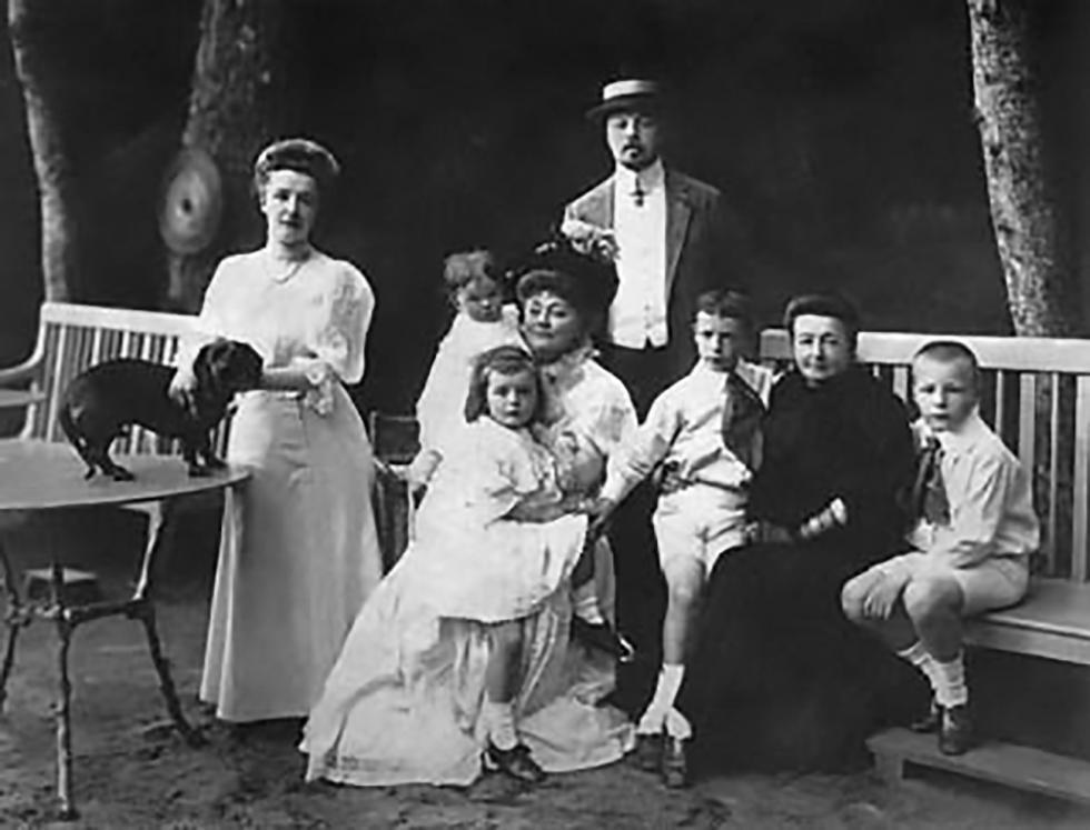 弗拉基米尔·纳博科夫(右三)与他的家人。 图片来源:vladimirnabokov.ru