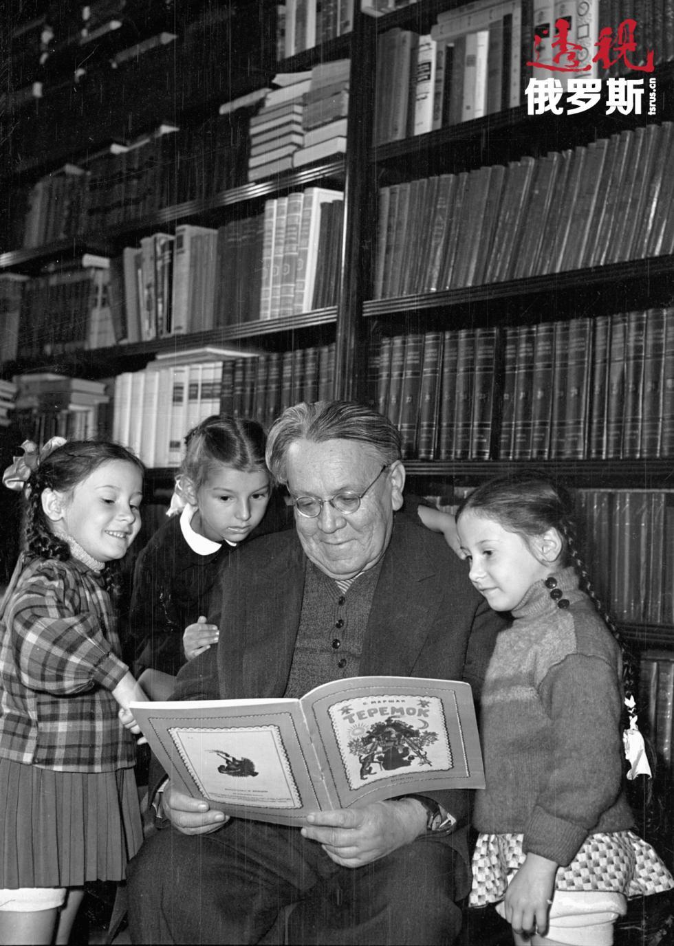 萨穆伊尔·马尔沙克和小孩子。 图片来源:Mikhail Trahman/俄新社