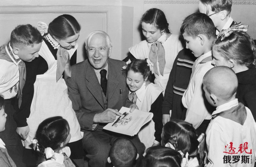 科尔涅伊·楚科夫斯基和小孩子。 图片来源:Alexander Batanov/塔斯社