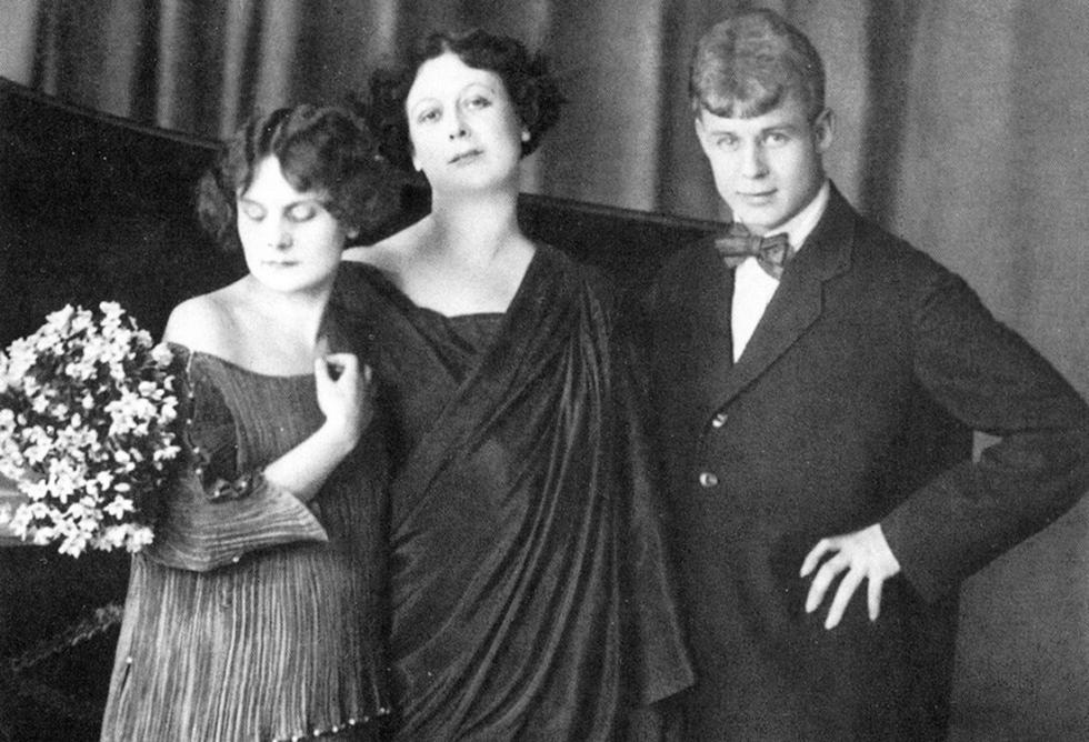谢尔盖·叶赛宁、伊萨多拉·邓肯(中)与他们的养女。图片来源:Edward Steichen