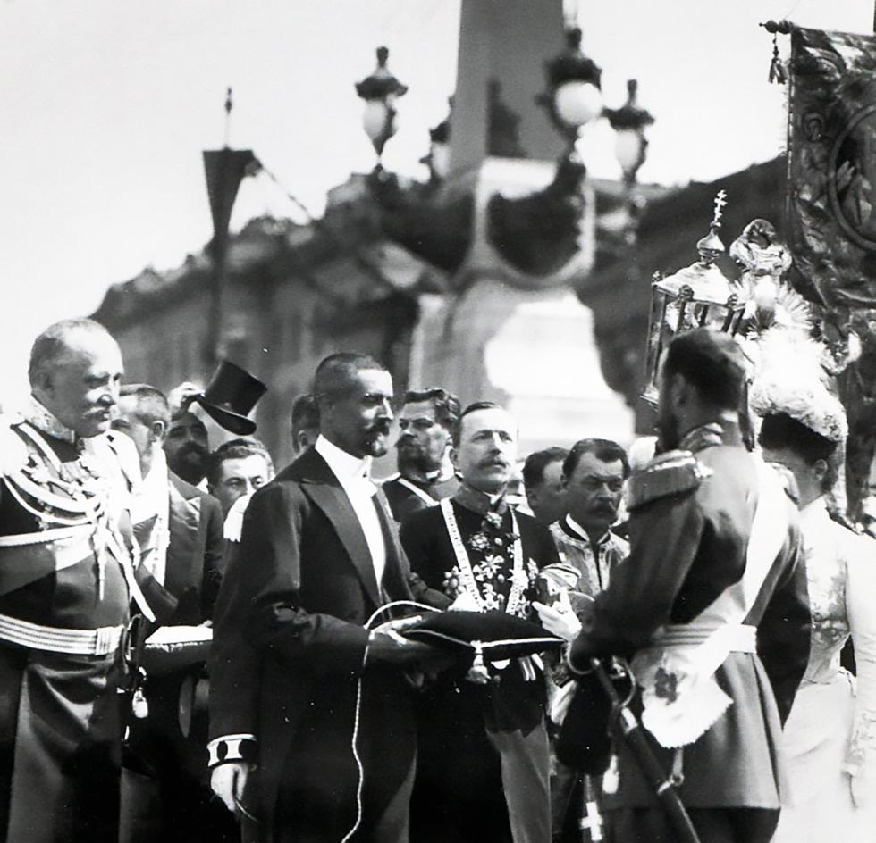1903年5月13日。市长将一个按钮交予尼古拉二世,后者随即按下按钮开桥。 档案图片