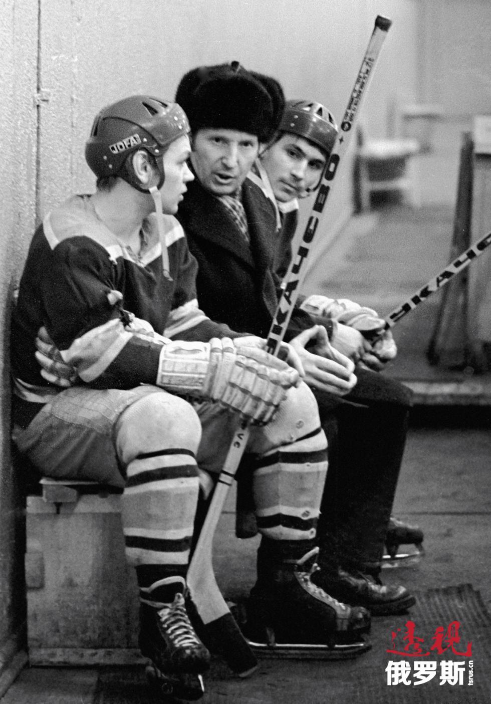 苏联冰球运动员维克托·舒瓦洛夫(中)。 图片来源:A. Solomonov / 俄新社