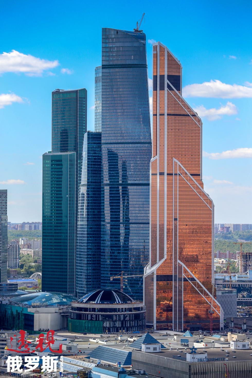 欧亚大厦(左)。图片来源:Artem Korotaev/塔斯社