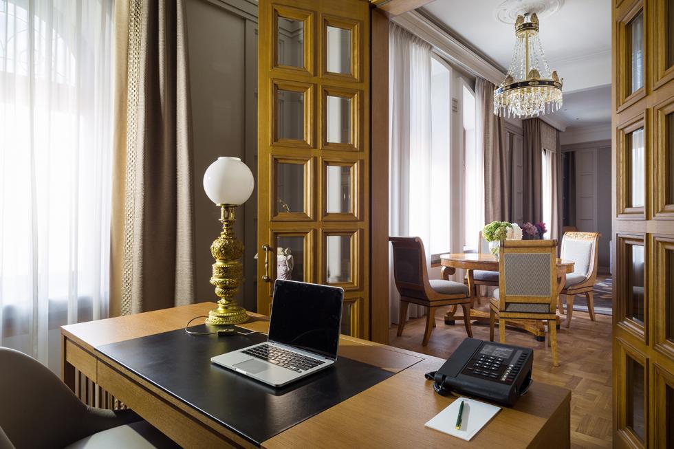 莫斯科大都会饭店大使套房。
