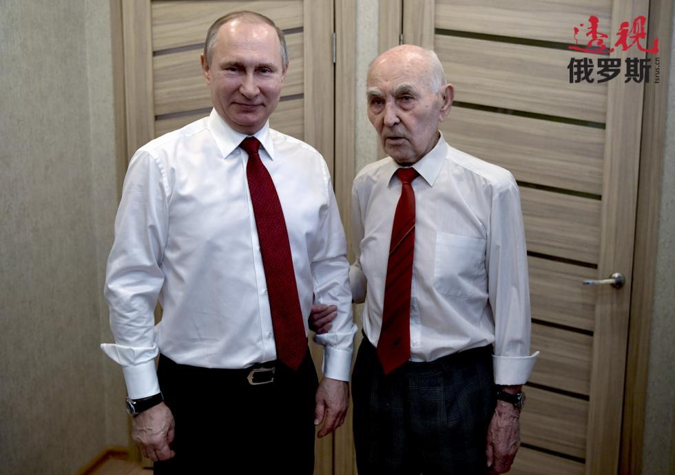 弗拉基米尔·普京和拉扎尔·马特维耶夫(Lazar Matveev)。