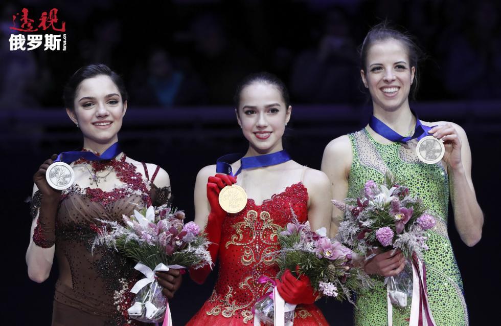 2018年欧洲花样滑冰锦标赛21日在莫斯科落下帷幕,俄罗斯花滑选手阿琳娜·扎吉托娃一举夺冠。俄罗斯选手叶夫根尼娅·梅德韦杰娃获得亚军。意大利选手卡罗琳娜·科斯特纳名列第三。 图片来源:路透社