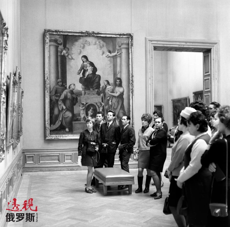 1969年,苏联游客在德国德累斯顿的历代大师画廊。图片来源:A. Polikashin / 俄新社