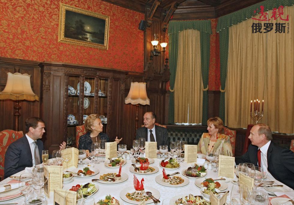 2008年。俄罗斯总统德米特里·梅德韦杰夫、贝尔纳黛特·希拉克、前法国总统雅克·希拉克、柳德米拉·普京娜、俄罗斯总理弗拉基米尔·普京。 图片来源:AP