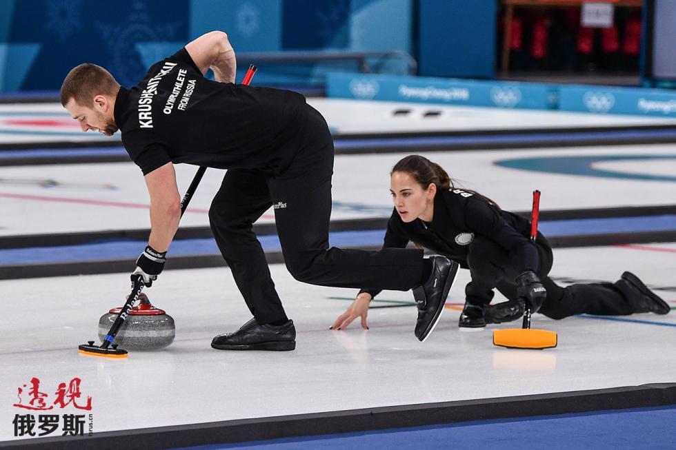 俄罗斯冰壶选手亚历山大·克鲁舍尔尼茨基与阿娜斯塔西娅·布雷兹加洛娃。 图片来源:Vladimir Pesnya / 俄新社