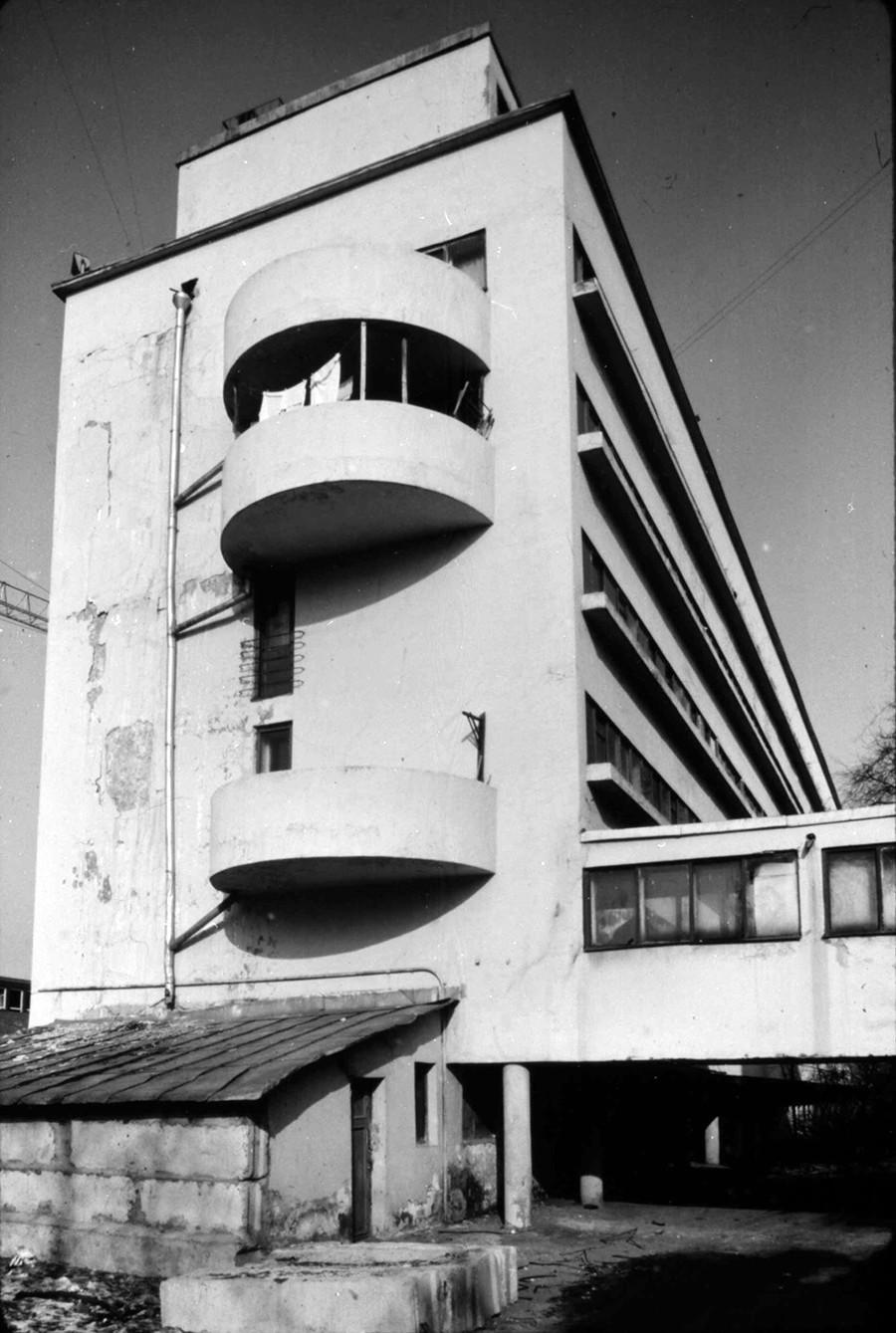 莫斯科财政人民委员部公寓楼(1928)。图片:1984年。摄影:William Brumfield