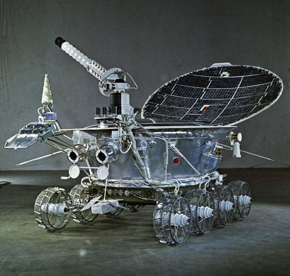 月球车-1号于1970年11月17日被送到月球表面,按照地球上的时间计算共运行了十个多月。