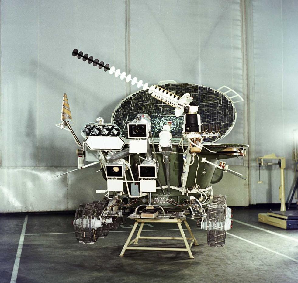月球车-2号于1973年1月15日抵达月球,运行了四个半月,但月球土壤落到了太阳能电池板上,导致设备电池无法充电。