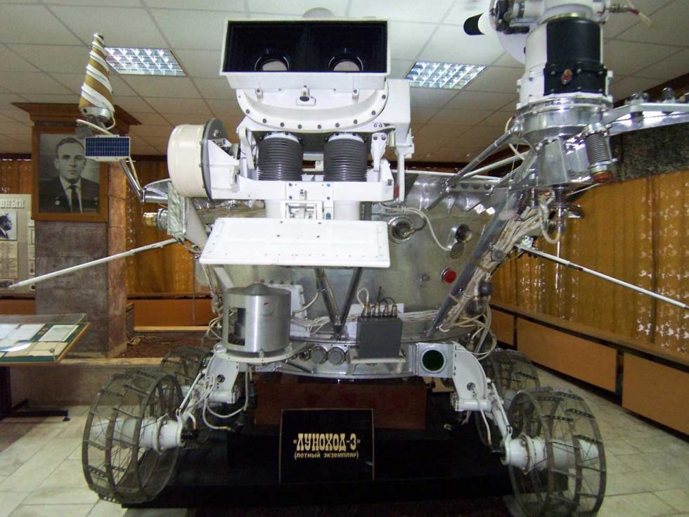 月球车-3号曾计划于1977年向月球发射,但此次考察被取消。月球车目前收藏在拉沃奇金科学生产联合公司。他们将向在月球上建立基地又迈出一步。新航天器的研发将耗资约30万美元。