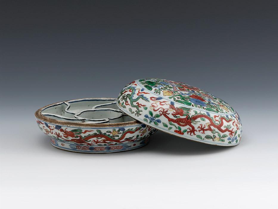 水果糖果盘,明万历年间(1573-1620年),陶瓷,釉上彩,釉下彩。上海博物馆。图片来源:Press photo