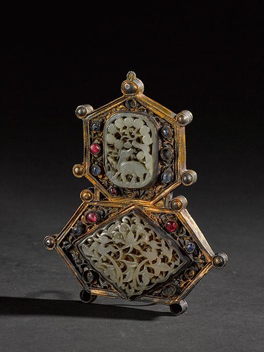 朝衣颈饰,明代(1368-1644年),银质,镶嵌宝石,雕花,烫金。上海博物馆。图片来源:Press photo