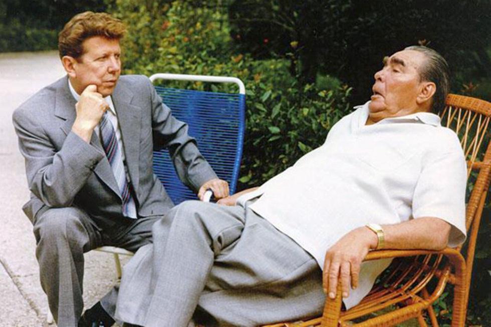 勃列日涅夫与他的私人医生叶夫格尼·恰佐夫(Yevgeniy Chazov)。图片来源:档案照片