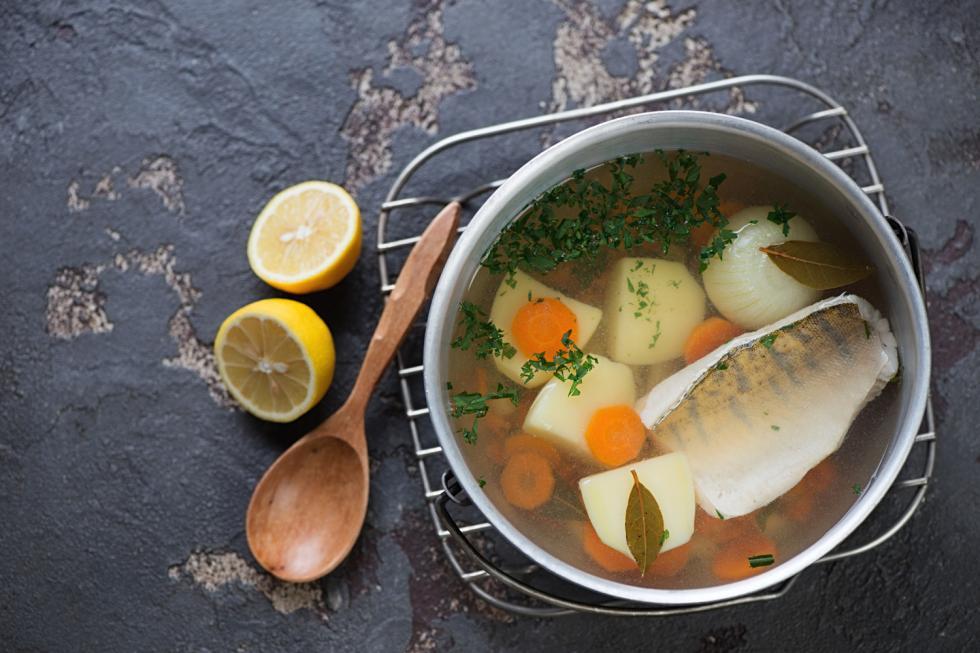 鲜鱼汤。这是属于真正男人喝的鱼汤。许多俄罗斯人喜欢在夏天钓鱼,即使在冬天也特别希望喝一碗鲜鱼汤。鲜鱼汤要在火上煮,上桌前还要加一杯伏特加。在大城市里,你可以在餐馆中点这道汤。图片来源:Legion Media