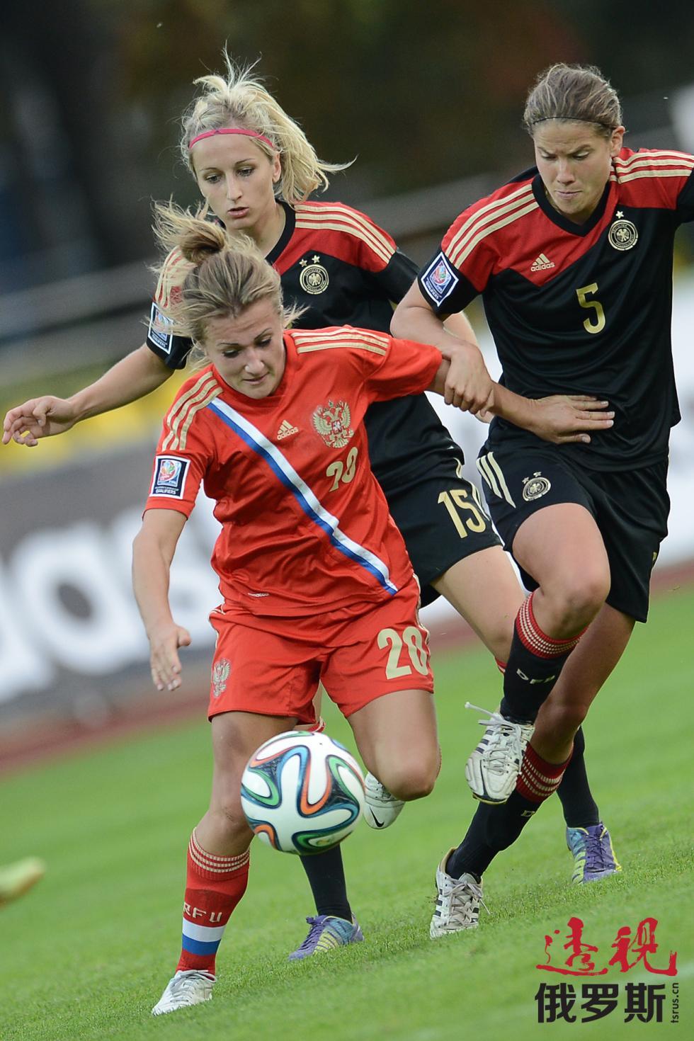 左起,奈利•科罗夫金娜(俄罗斯)、卡特林•亨德里希(Kathrin Hendrich,德国)和安妮科·克拉恩(Annike Krahn,德国)在2015年时间诶倍足球赛资格赛中俄罗斯与德国国家女子足球队之间的比赛。图片来源:Ramil Sitdikov / 俄新社
