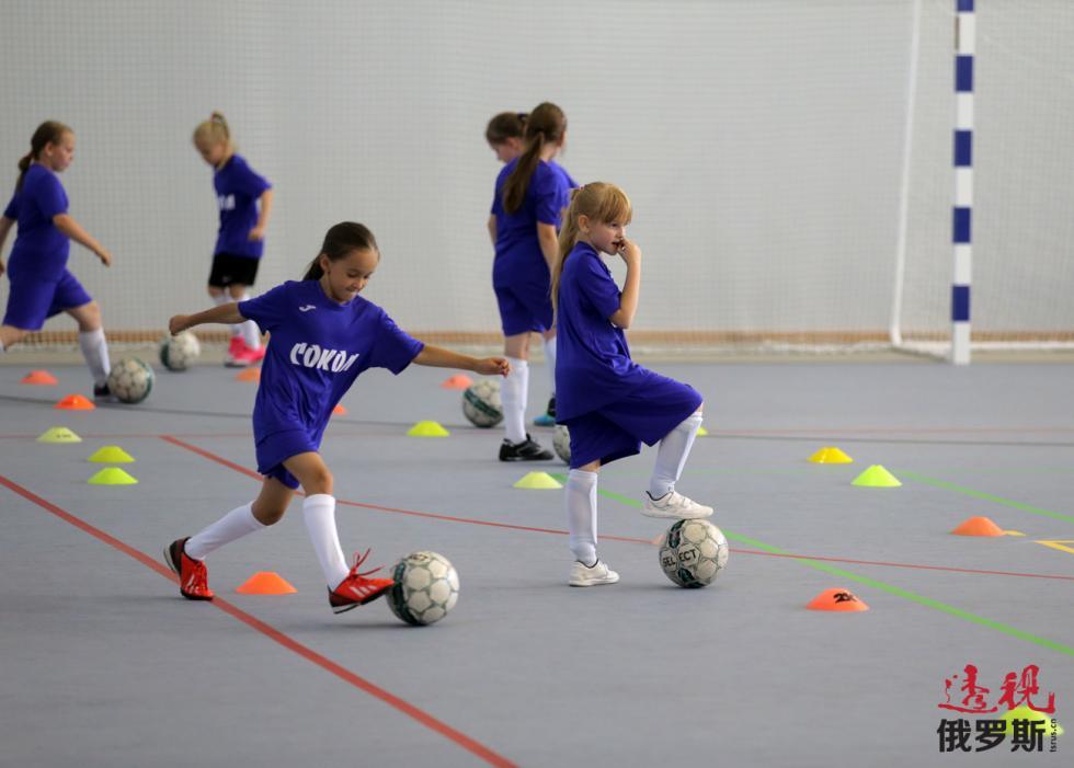 足球训练课上的女孩。图片来源:Vitaly Belousov / 俄新社