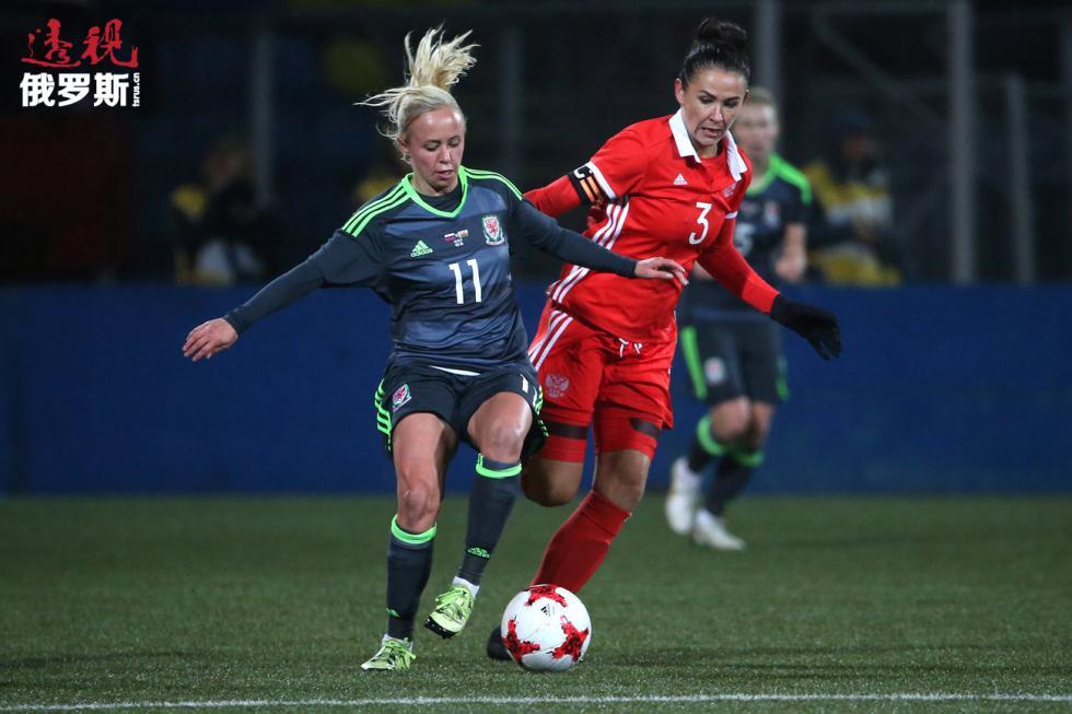 威尔士的娜佳·劳伦斯(Nadia Lawrence,左)与俄罗斯的安娜·科兹尼科娃(Anna Kozhnikova)在2019年国际足联女子世界杯资格赛俄罗斯和威尔士之间的比赛。图片来源:Aleksandr Demyanchuk / 俄新社